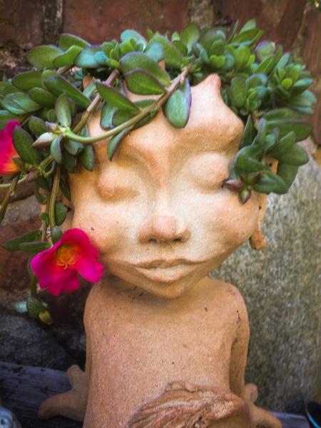 troldedreng med blomst
