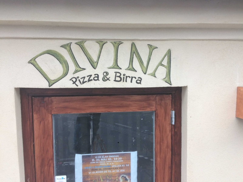 Divina navn over dør